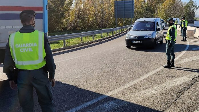 Control de la Guardia Civil en la A-2, a la altura de Azuqueca. (Foto: Guardia Civil)